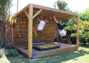 Mur-d-escalade-exterieur-conception-installation-CLIMB-IT-escalade-factory-modele-Sequoia-avec-toit-et-terrasse. L'équipe des ouvreurs Climb It teste les prises