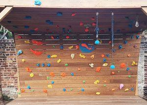 Mur-d-escalade-exterieur-realisation-CLIMB-IT-escalade-factory-modele-Sequoia-avec-toit-et-terrasse