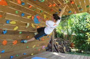 Mur-d-escalade-exterieur-realisation-CLIMB-IT-escalade-factory-modele-Sequoia-avec-toit-et-terrasse. Grimper en plein air