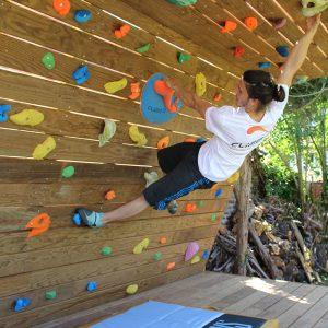 Mur-d-escalade-exterieur-realisation-CLIMB-IT-escalade-factory-modele-Sequoia-avec-toit-et-terrasse. Grimper en plein air-2