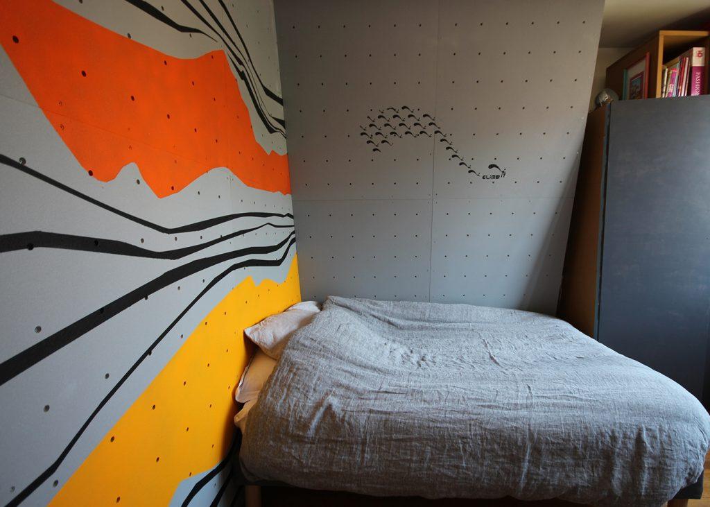Mur d'escalade intérieur, intallation par CLIMB IT Escalade factory. Construction du mur d'escalade terminé avec un décor personnalisé