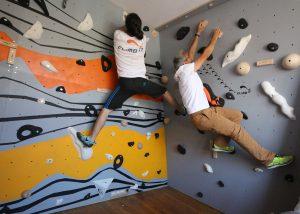 Mur d'escalade intérieur, intallation par CLIMB IT Escalade factory. Construction du mur d'escalade terminé avec un décor personnalisé. Ouverture des voies