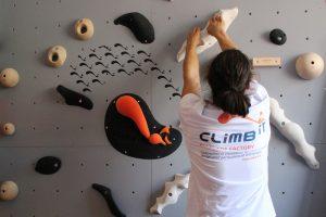 Murs d'escalade et SAE pour entreprises, conception personnalisée et intallation CLIMB IT Escalade factory, décor et logo sur mesure