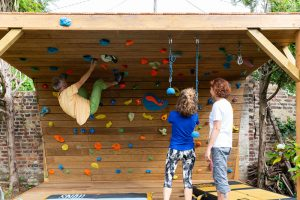 Club-Suresnes-escalade-teste-mur-d-escalade-CLIMB-IT-exterieur-1
