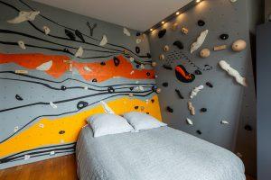 Mur-d-escalade-interieur-chambre-conception-installation-CLIMB-IT-escalade-factory-decor-original-Colorado avec un lit