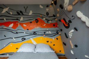 Mur-d-escalade-interieur-chambre-conception-installation-CLIMB-IT-escalade-factory-decor-original-Colorado avec le lit