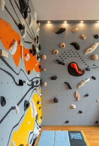Murs d'escalade et SAE pour entreprises, conception et intallation CLIMB IT Escalade factory, decor personnalisé au logo de l'enpreprise