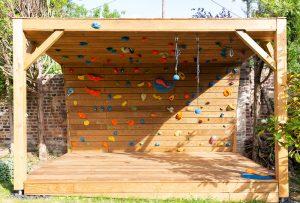 Mur d'escalade extérieur-conception et fabrication CLIMB-IT-escalade-factory-modele-Sequoia-avec-toit-et-terrasse en bois