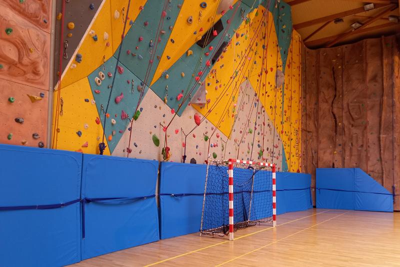 Tapis de réception d'escalade sur mesure par Climb it Escalade Factory pour le mur d'escalade du centre sportif Cany-Barville - Tapis rabattus
