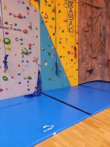 Tapis de réception d'escalade sur mesure par Climb it Escalade Factory pour le mur d'escalade du centre sportif Cany-Barville