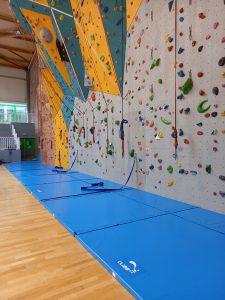 Tapis de réception d'escalade sur mesure par Climb it Escalade Factory pour le mur d'escalade du centre sportif Cany-Barville - Vue globale