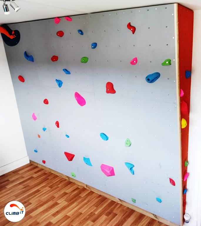 Construction d'un mur d'escalade intérieur Climb it Colorado avec u dévers de 10° et chez un particulier