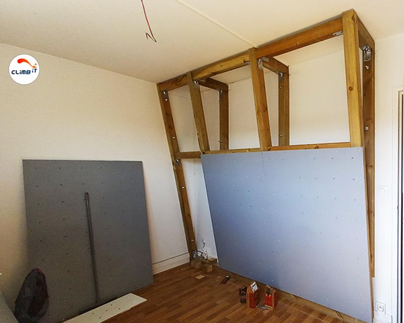 Construction en cours du mur d'escalade intérieur Colorado chez un particulier en léger dévers. Conception pra Climb it escalade factory.