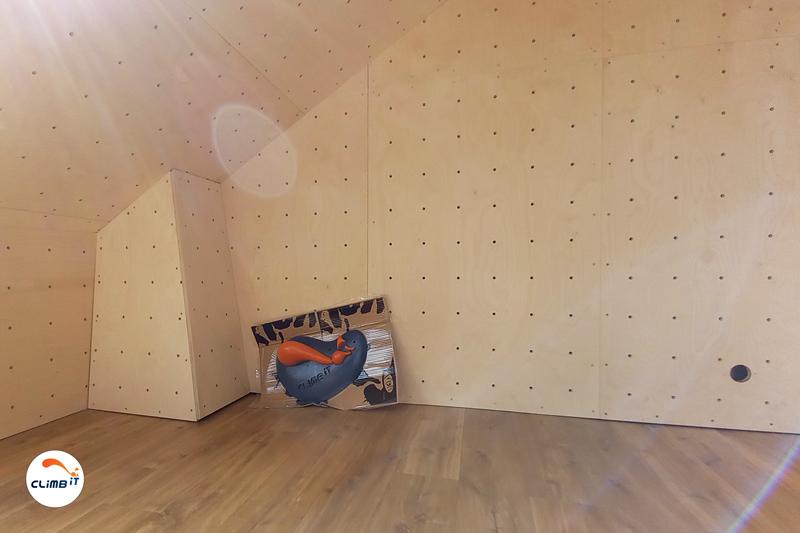Construction d'un mur d'escalade intérieur CLIMB IT dans une maison privée. La prise personnalisée CLIMB IT est prête à être posée à l'ouverture des blocs