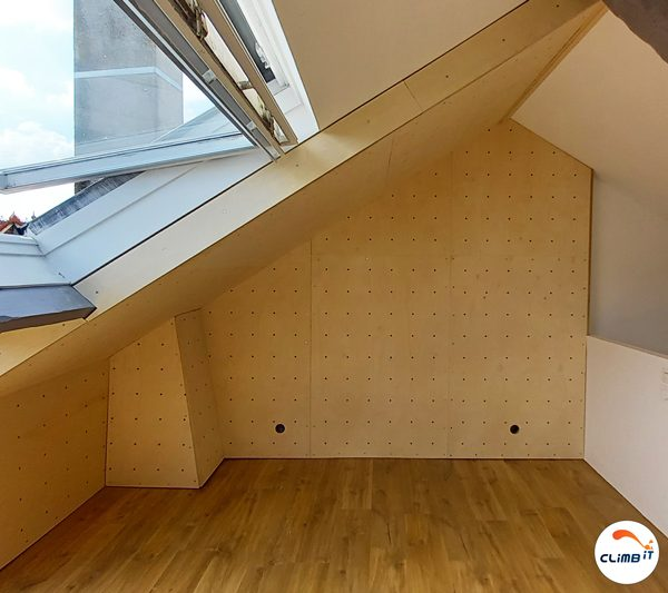 Construction d'mur d'escalade intérieur CLIMB IT sous combles dans une maison privée