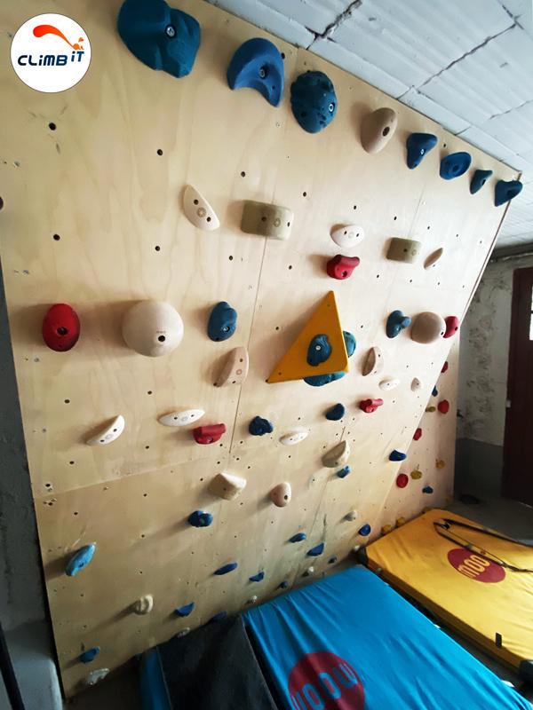Construction d'un mur d'escalade intérieur Climb it Colorado au sous-sol d'une maison : dévers 20° et pan enfants vertical