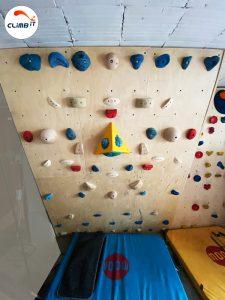 Construction d'un pan d'escalade de bloc dans une maison particulier : Conception par Climb it Escalade factory