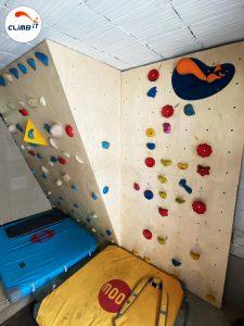 Construction d'un mur d'escalade intérieur Climb it Colorado au sous-sol d'une maison