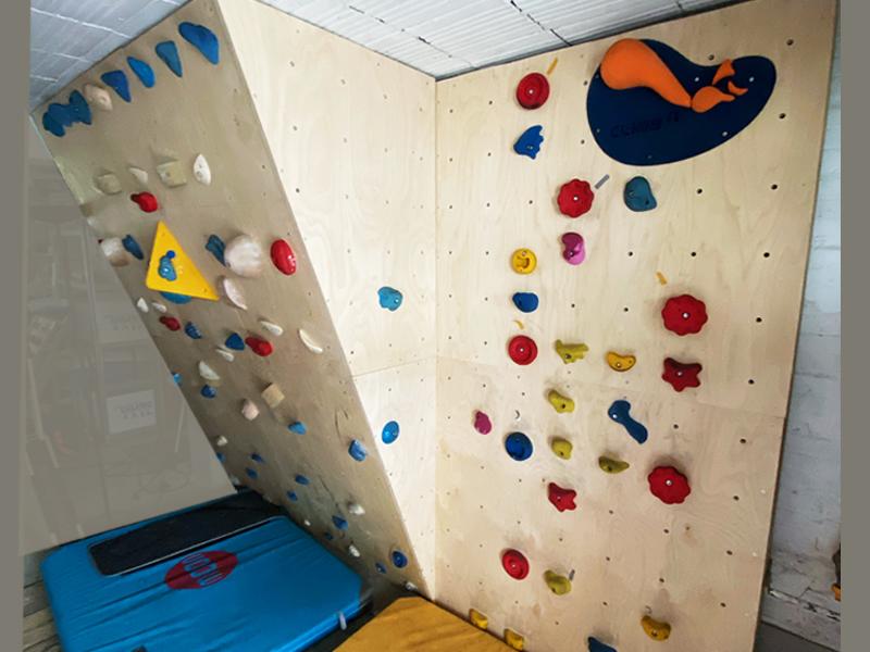 Construction d'un mur d'escalade dans une maison particulier : Conception par Climb it Escalade factory, pan en dévers et pan vertical
